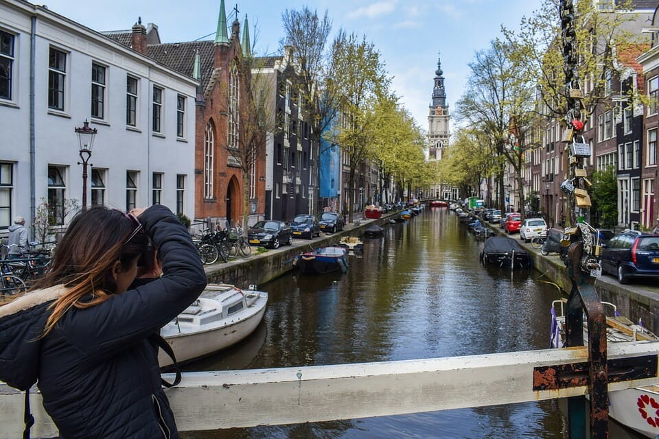 Participant on Atyla daytrip to Amsterdam taking picture tourism